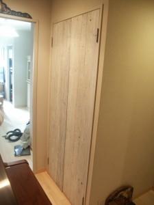 足場板で造ったアンティーク調の扉