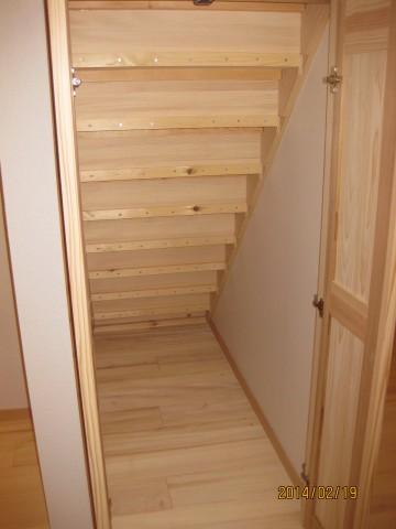 樅の木の階段下