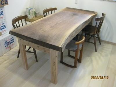 ウォルナットのテーブル