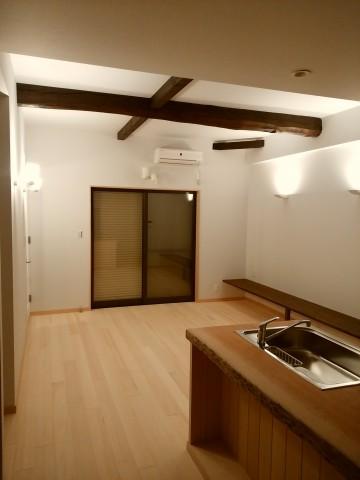 リビング,間接照明,アッパーライト.漆喰,オガファーザー,真っ白な壁,スポットライト