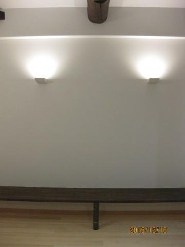 間接照明,アッパーライト.漆喰,オガファーザー,真っ白な壁